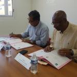 Le President de la CAF Guyane et le Senateur Maire de Mana en pleine signature de la Convention