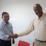 Poignée de mains entre le Président de la CAF Georges-Michel PHINERA-HORTH et le Sénateur Maire Georges PATIENT