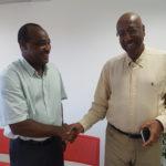 Poignee de mains entre le Directeur de la CAF Patrick DIVAD et le Sénateur Maire Georges PATIENT